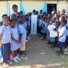 Schulkinder stehen in Haiti für Wasserrucksack Paul Schlange