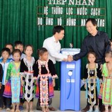 Feierlich wird Paul 2013 in Vietnam einer Schule übergeben