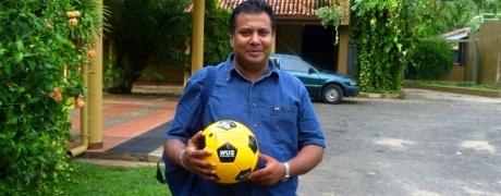 Man sieht einen WUS-Aktiven mit mit fairem Fußball