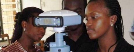 Auf dem Foto sieht man eine ghanaische Dozentin mit einer Messstation