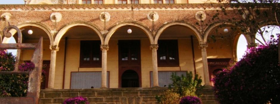 Man sieht ein Bild von einem eritreischen Gebäude in warmen Kupfertönen des Sonnenuntergangs