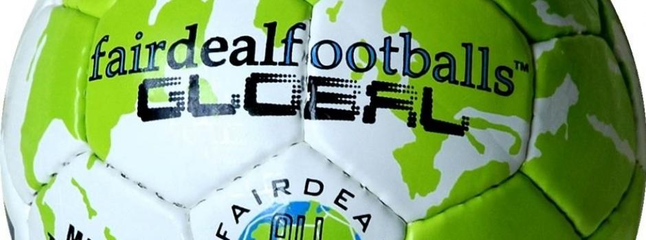 Man sieht den Fairdealfootball Global Allstar, Grüne Weltkarte auf weißem Grund mit fairem Handel Logo